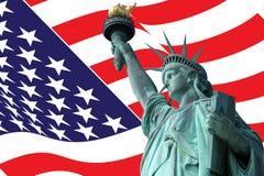 Statua della libertà sull'isola a New York con la bandiera Fotografia Stock Libera da Diritti