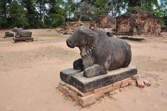 Statua della mucca del san in tempio di Preah Ko, Cambogia Immagine Stock