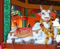 Statua della mucca in tempio indù Fotografia Stock