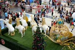 Statua della schiuma di stirolo dei cavalli bianchi che tirano trasporto dorato sul Natale Immagine Stock