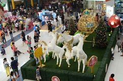 Statua della schiuma di stirolo dei cavalli bianchi che tirano trasporto dorato sul Natale Immagini Stock