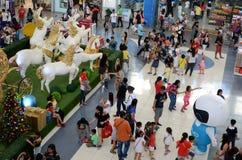 Statua della schiuma di stirolo dei cavalli bianchi che tirano trasporto dorato sul Natale Fotografie Stock Libere da Diritti