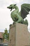 Statua della scultura del drago su Dragon Bridge sul fiume Lj di Ljubljanica Fotografia Stock
