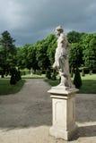 Statua della signora in giardino francese Immagini Stock Libere da Diritti