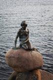 Statua della sirena di Copenhaghen Immagini Stock