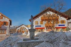 Statua della st Antonius in una via nevosa di Garmisch-Partenkirchen Immagine Stock Libera da Diritti