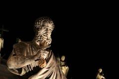 Statua della st Peter alla notte Fotografia Stock