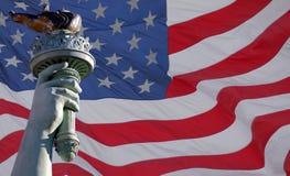 Statua della torcia & della bandierina di libertà fotografia stock libera da diritti
