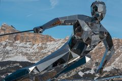 Statua dello sciatore, scultura fatta con gli specchi e dolomia italiane Fotografia Stock