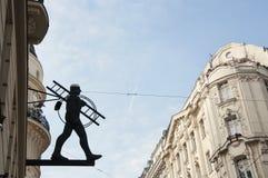 Statua dello spazzacamino nel centro della città di Vienna fotografia stock