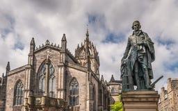 Statua di Adam Smith e san Gilles Cathedral, Edimburgo, Scotlan immagini stock