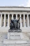 Statua di Alma Mater davanti alla biblioteca dell'università di Columbia in Upper Manhattan, New York Immagine Stock