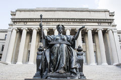 Statua di Alma Mater davanti alla biblioteca dell'università di Columbia in Upper Manhattan, New York Fotografia Stock Libera da Diritti
