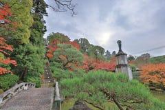 statua di alone sul piedistallo nel giardino dell'en di Yuzen immagine stock libera da diritti