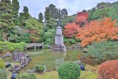 statua di alone sul piedistallo nel giardino dell'en di Yuzen fotografia stock