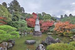 statua di alone sul piedistallo nel giardino dell'en di Yuzen immagini stock libere da diritti