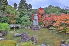 statua di alone sul piedistallo nel giardino dell'en di Yuzen immagine stock