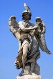 Statua di angelo con l'uccello Fotografie Stock Libere da Diritti