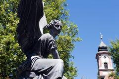 Statua di angelo con la torre di chiesa sull'isola/Germania di Mainau immagini stock libere da diritti