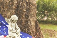 statua di angelo della ragazza con la bandiera dell'america Fotografia Stock Libera da Diritti