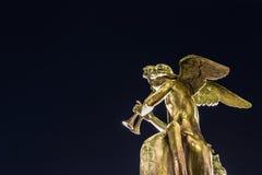 Statua di angelo isolata giocando strumento musicale Fotografie Stock Libere da Diritti