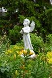 Statua di angelo nel giardino Immagine Stock Libera da Diritti