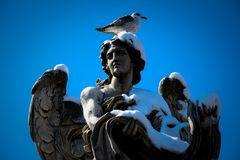 Statua di angelo Roma - in Italia - nell'inverno con neve immagini stock libere da diritti
