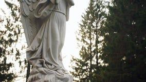 Statua di angelo sul piedistallo archivi video