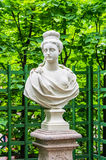 Statua di Anticient nel giardino di estate a St Petersburg Immagini Stock Libere da Diritti