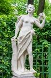 Statua di Anticient nel giardino di estate a St Petersburg Immagini Stock