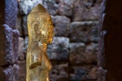 Statua di arte khmer di bodhisattva di Dio al castello o al PR tailandese antico Immagini Stock