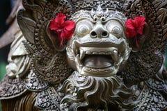 Statua di balinese con il fiore dell'ibisco immagini stock