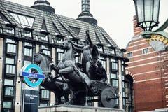 Statua di Boadicea e casa di saracinesca a Londra Immagine Stock Libera da Diritti