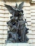 Statua di Buda Castle davanti all'entrata al museo nazionale a Budapest Immagini Stock Libere da Diritti