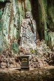 Statua di Budda in montagne di marmo, Vietnam Immagini Stock