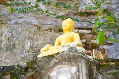 Statua di Budda sulla pietra naturale a Wat Sraket Rajavaravihara 0 fotografia stock