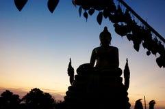 Statua di Buddha al tramonto Fotografie Stock Libere da Diritti