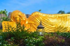Statua di Buddha che dorme nella città di Mojokerto fotografie stock libere da diritti