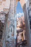 Statua di Buddha che si siede al parco di storia di Sukhothai nell'umore di tramonto Fotografie Stock Libere da Diritti