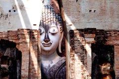 Statua di Buddha che si siede al parco di storia di Sukhothai nell'umore di tramonto Immagini Stock Libere da Diritti