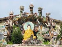 Statua di Buddha con i draghi Fotografie Stock Libere da Diritti