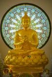 Statua di Buddha con il fondo della finestra di vetro macchiato di forma del cerchio Immagine Stock Libera da Diritti