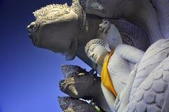 Statua di Buddha con il fondo piacevole del cielo blu Immagine Stock