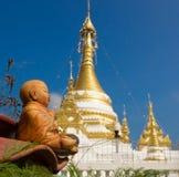 Statua di Buddha del bambino contro lo Stupa Immagine Stock