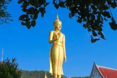 Statua di Buddha dell'oro con il cielo nei precedenti immagine stock
