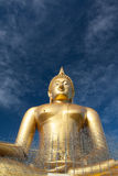 Statua di Buddha dell'oro in costruzione in tempio tailandese con il chiaro cielo WAT MUANG, Ang Thong, TAILANDIA Fotografie Stock