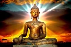 Statua di Buddha dell'oro di Enlighting Immagini Stock Libere da Diritti