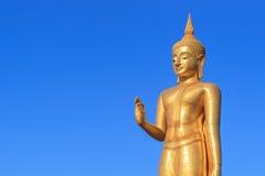Statua di Buddha dell'oro su cielo blu Fotografia Stock