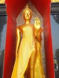 Statua di Buddha dell'oro in tempio pubblico Tailandia Fotografia Stock Libera da Diritti