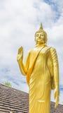 Statua di Buddha dell'oro in tempio tailandese, Tailandia Fotografia Stock